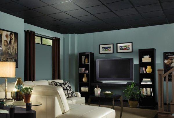 Гостиная с черным потолком из панелей