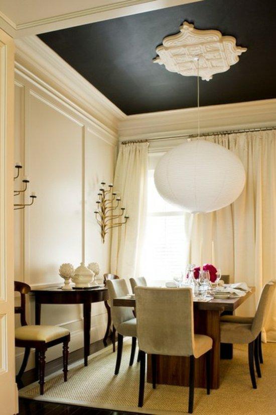 Изящный дизайн черно-белого потолка