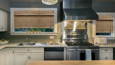 Римские шторы из бамбука в современном дизайне кухни