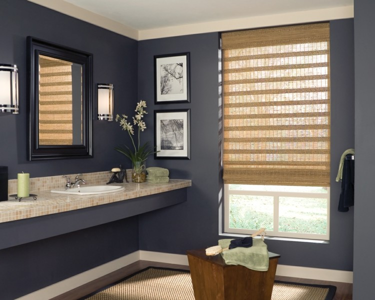 Римские шторы из бамбука в ванной комнате