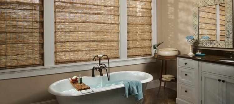 Светлые бамбуковые римские шторы в ванной комнате