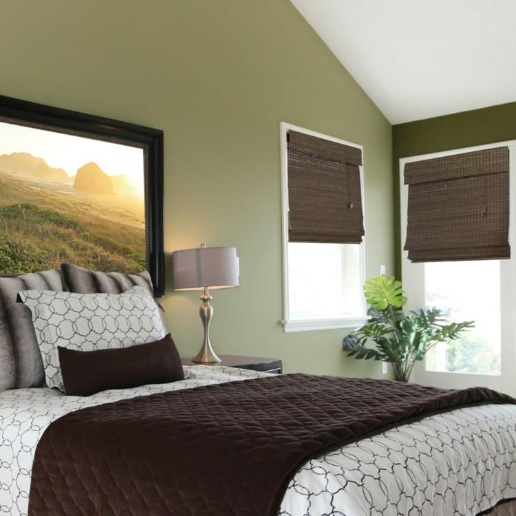 Темные бамбуковые римские шторы в спальне