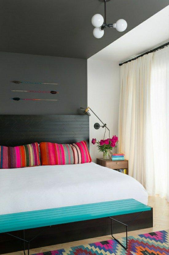 Яркий дизайн спальни с черным потолком