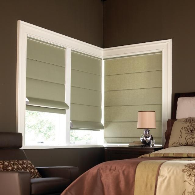 Плотные зеленые римские шторы в спальне