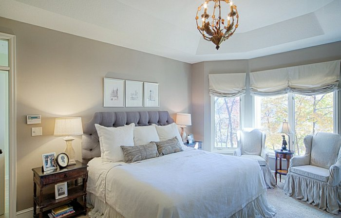 Простая белая римская штора в интерьере спальни