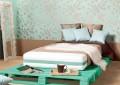 Бирюзовая кровать из поддонов своими руками