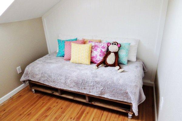 Кровать на колесиках из поддонов
