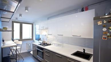 Идея ремонта узкой белой кухни фото серые фасады белая столешница барная стойка синяя стена