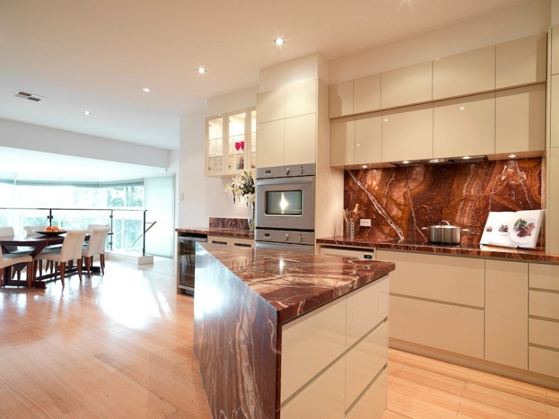 Кухонный остров и фартук из оникса фото