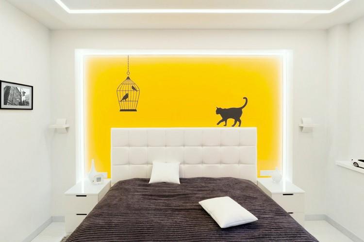 Маленькая спальня с желтой стеной
