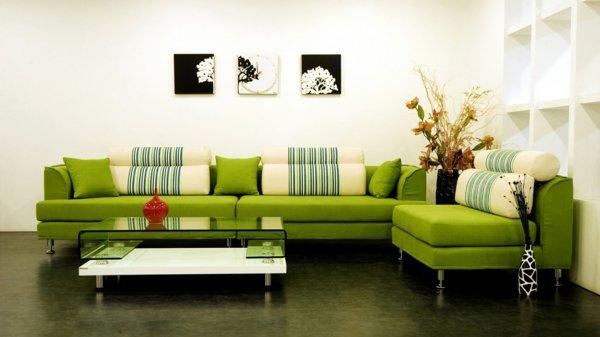 Зеленая стеклянная столешница, идеально сочетающаяся с цветом дивана