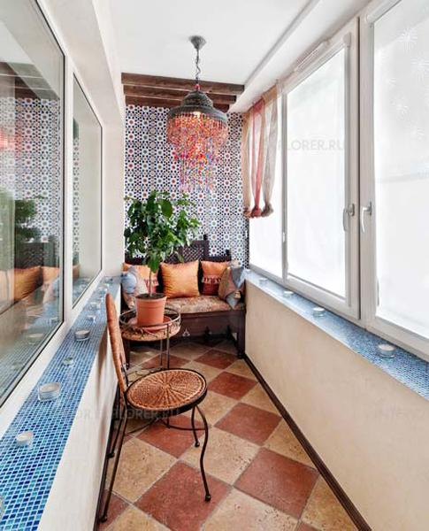 фото Дизайн маленького балкона для любителей мозаики