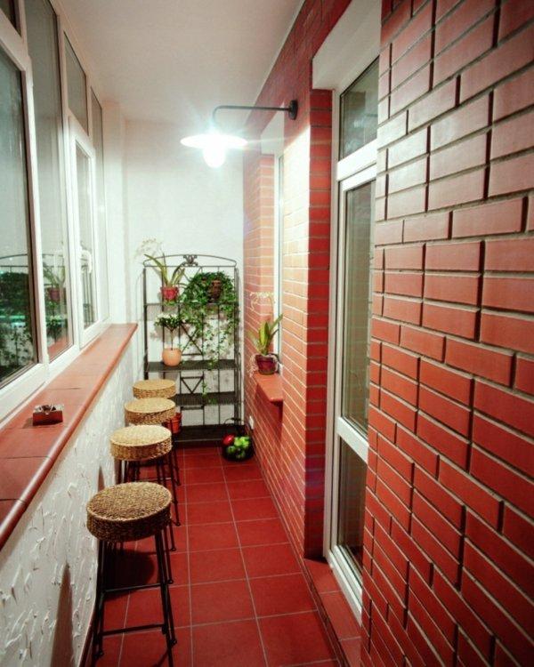 фото Идея дизайна балкона с барными стульями и кирпичной стеной