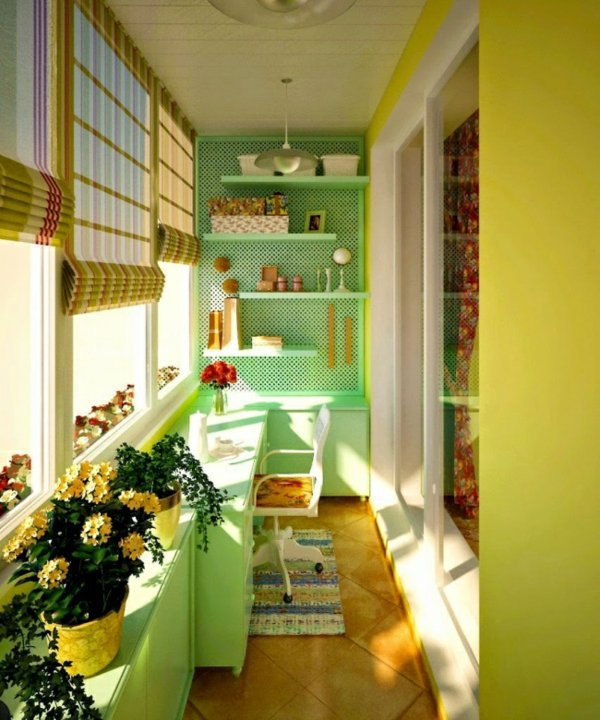 фото Яркое рабочее место на балконе