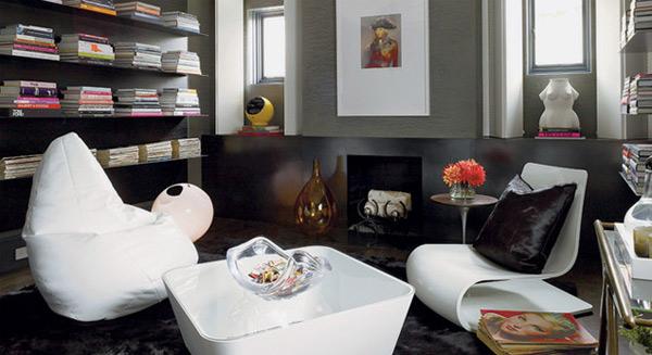 Белая мебель на черном фоне