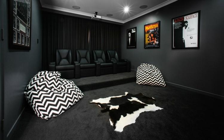 Черно-белые кресла-мешки в интерьере домашнего кинотеатра