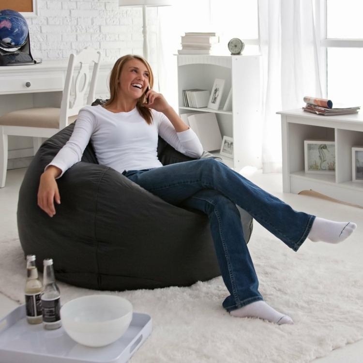 Кожаное кресло-мешок в интерьере гостиной