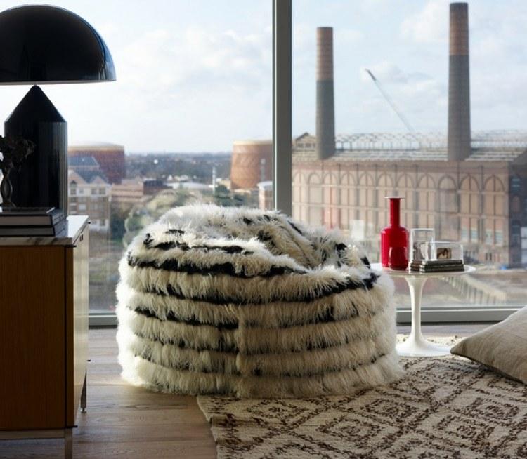 Стильный интерьер гостиной с черно-белым креслом-мешком