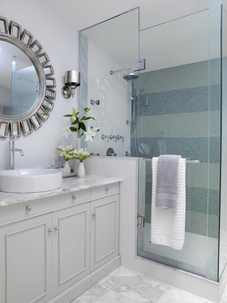 дизайн маленькой ванной в сером с мраморными панелями и серо-голубой плиткой мозаикой для ванной