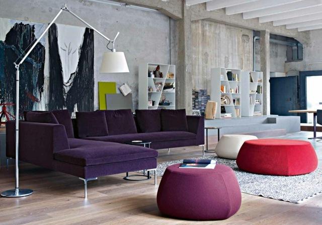 фиолетовый угловой диван в интерьере гостиной фото