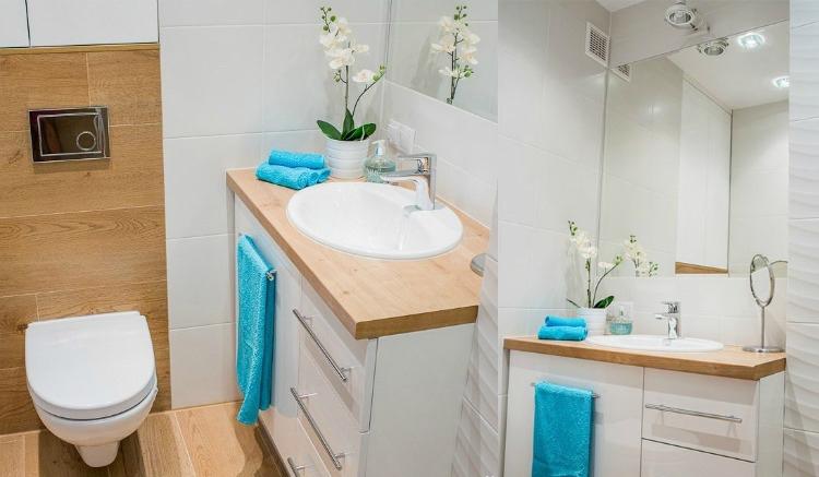 идея стильного ремонта ванной комнаты белый цвет деревянная столешница фото