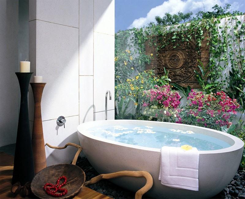 интерьер ванной комнаты маленького размера фотообои цветы и зелень фото