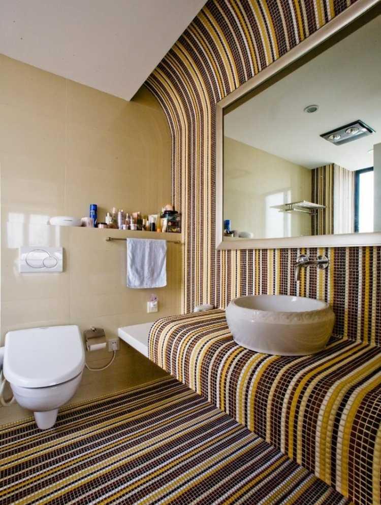 необычный дизайн маленькой ванной комнаты с плиткой-мозаикой