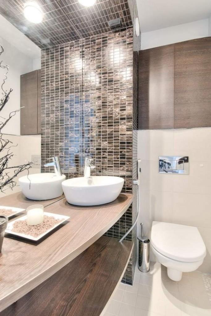 темно-коричневая плитка-мозаика для ванной деревянная столешница маленькая ванная в хрущевке