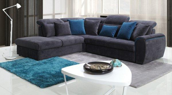 темно-серый угловой диван с синими подушками фото