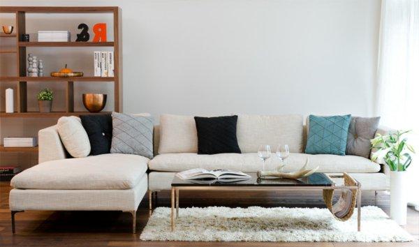 угловой диван белый с подушками фото