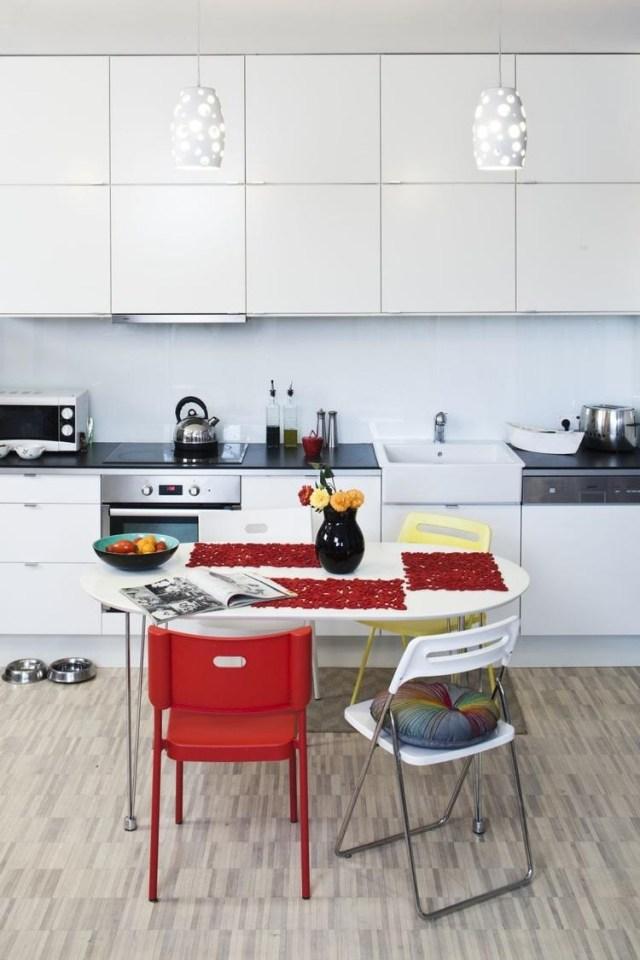 белая кухня с темной столешницей фото