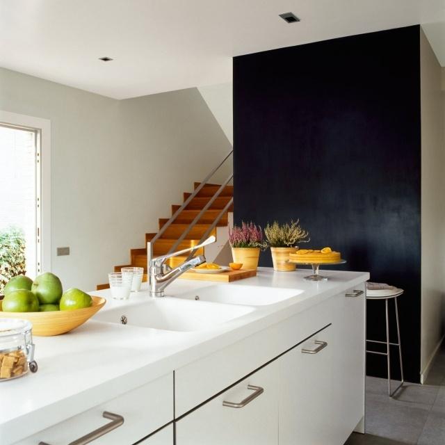 белая современная кухня фото черная стена