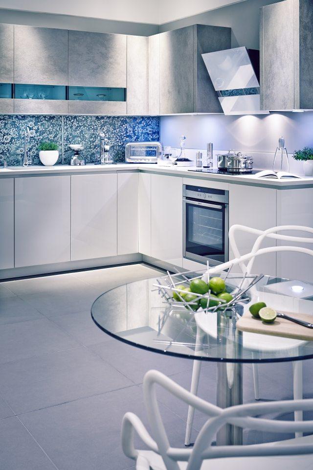 бело-голубая кухня металлик фото реальное