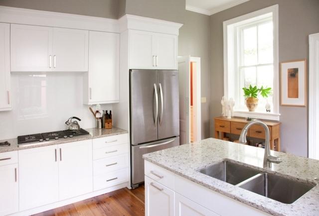 бело-серая кухня фото серые стены кухонный островок