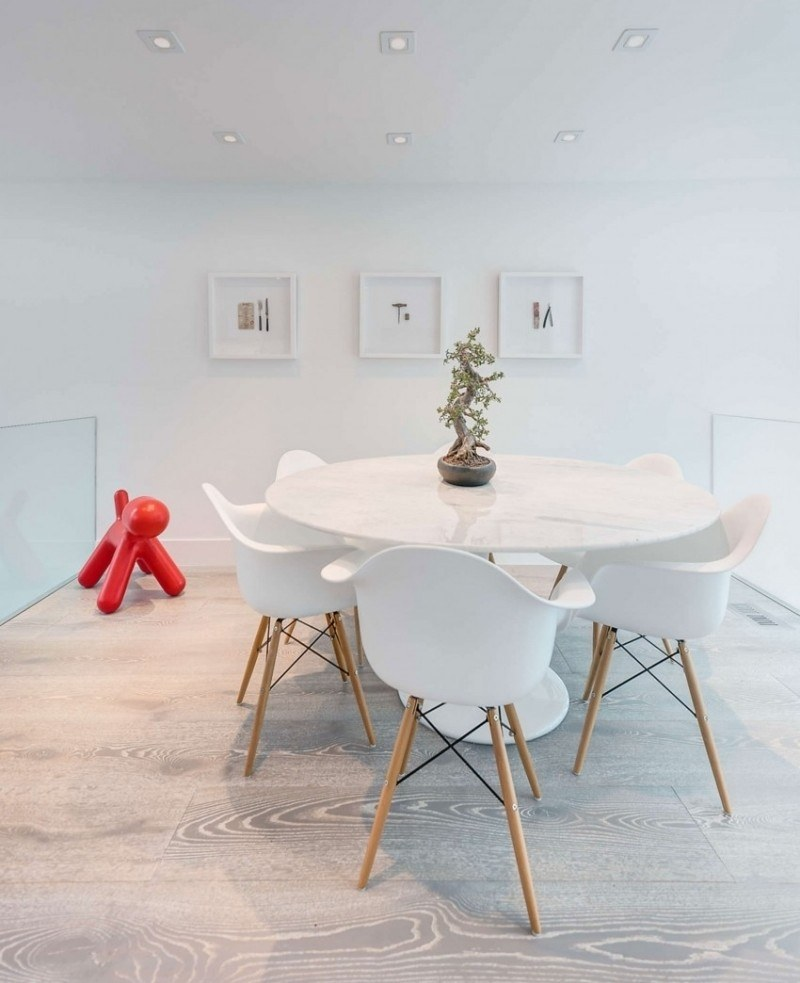 белый цвет интерьера столовой фото пластиковые стулья современный дизайн