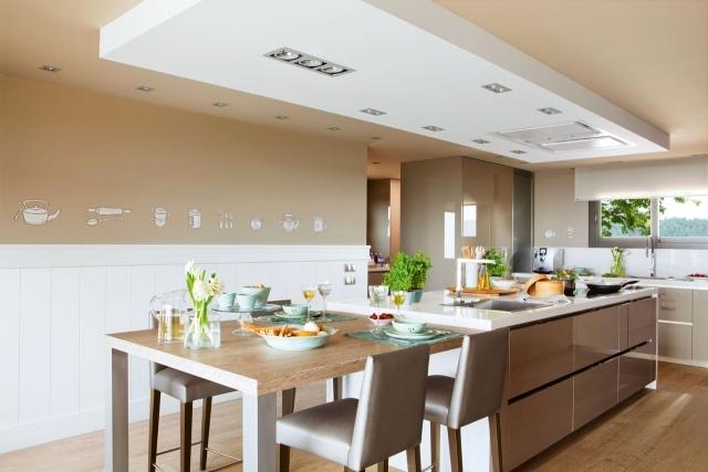 большая белая кухня фото бело-бежевая