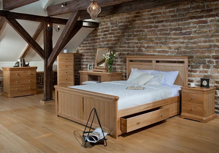 деревянная кровать с ящикми для хранения фото идеи для маленькой спальни