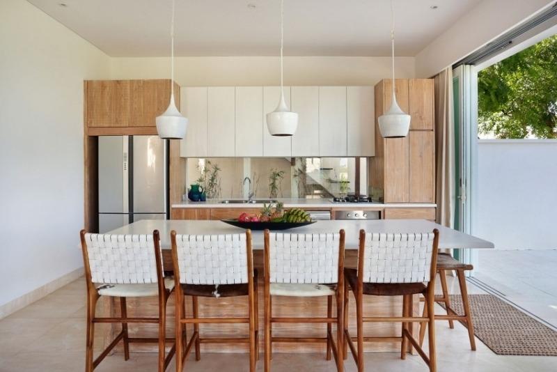 интерьер дизайн кухни столовой фото белый дерево