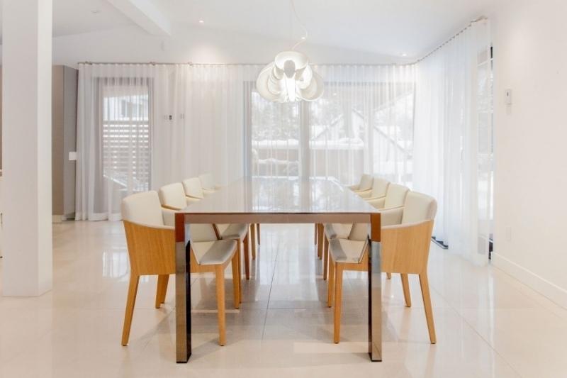 интерьер современных гостиной столовой фото белый люстра дерево стекло