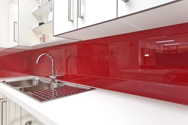 красный фартук для белой кухни фото