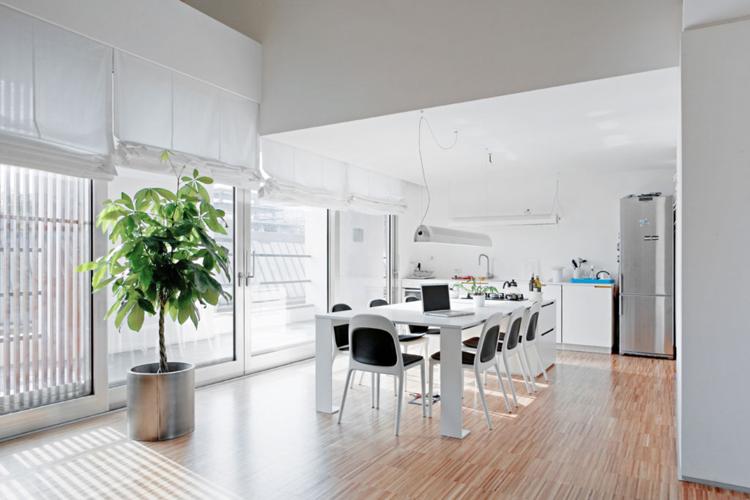 кухня столовая дизайн интерьера фото белый цвет светлый паркет