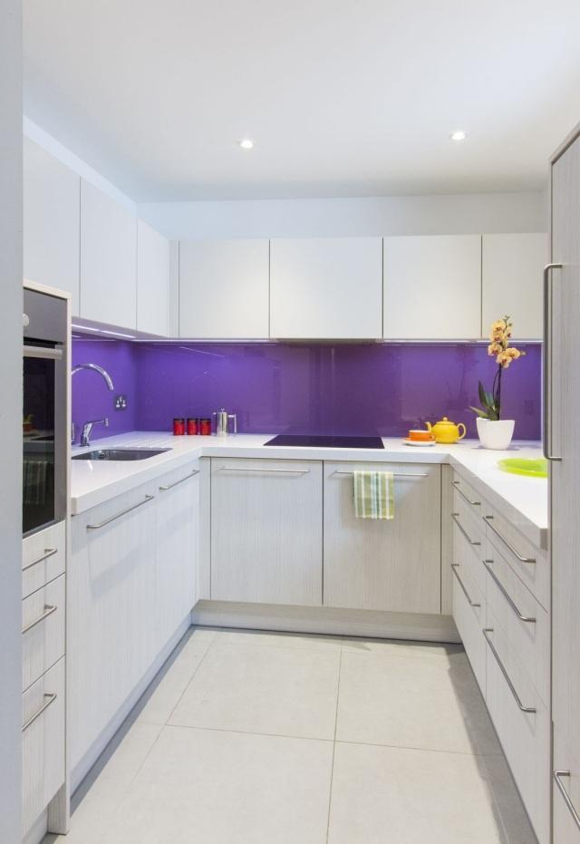 маленькая белая кухня реальное фото фиолетовый фартук
