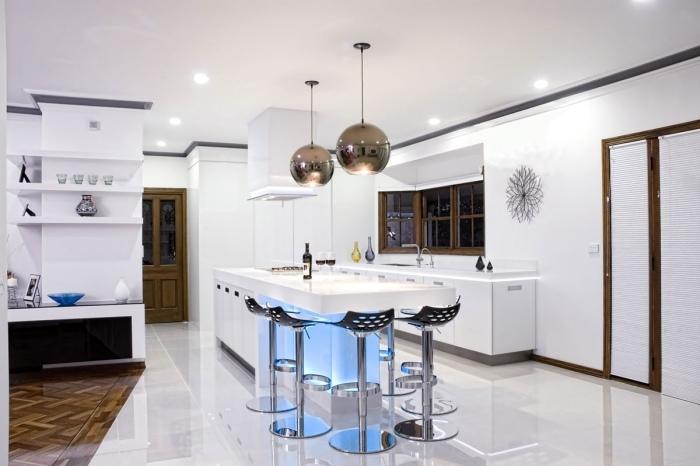 белая кухня барные стулья для кухни фото черные пластиковые