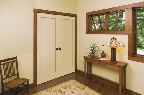 белая межкомнатная дверь распашная с контрастным плинтусом фото