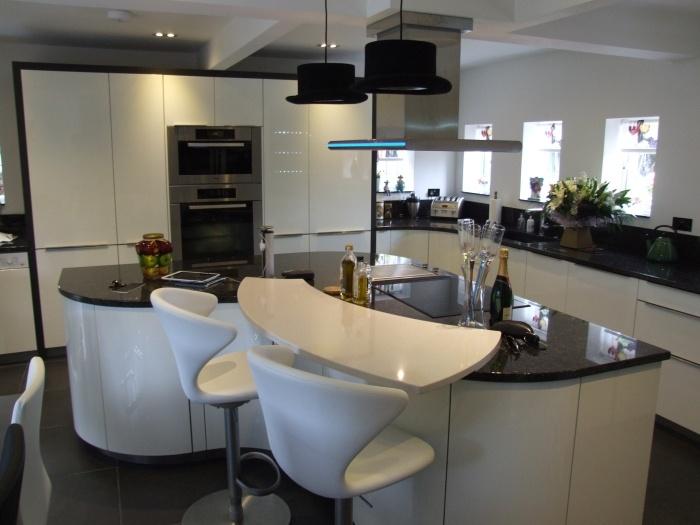 черно-белая кухня барные стулья для кухни фото мягкие белые