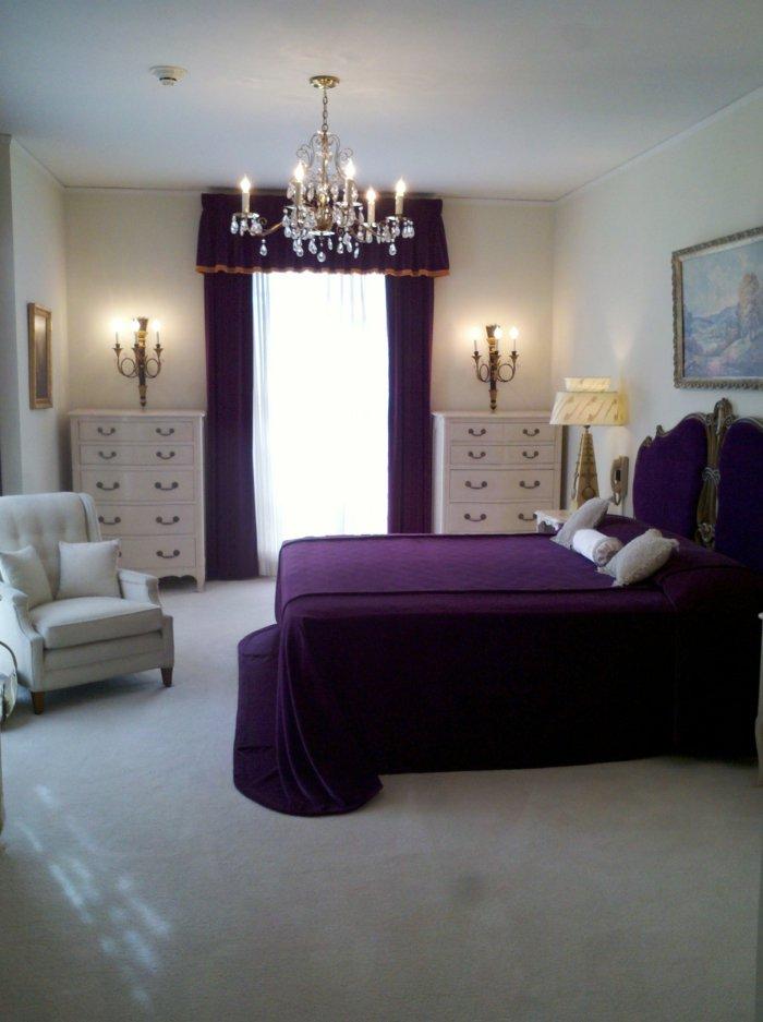 классический интерьер спальни фото люстра