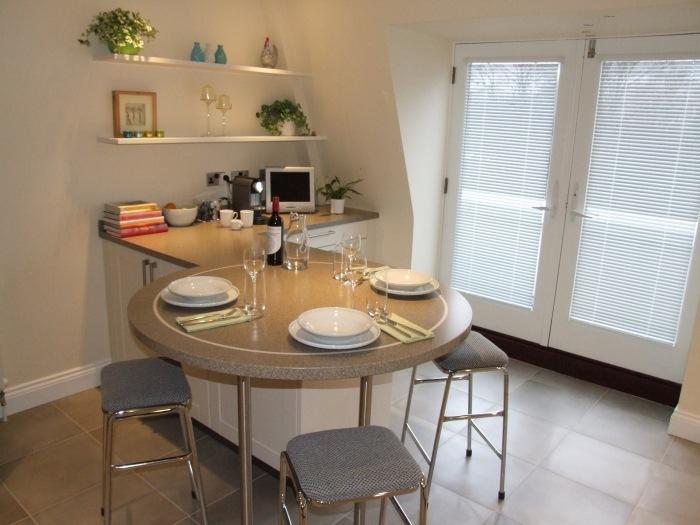 мягкие барные стулья фото маленькая кухня серые