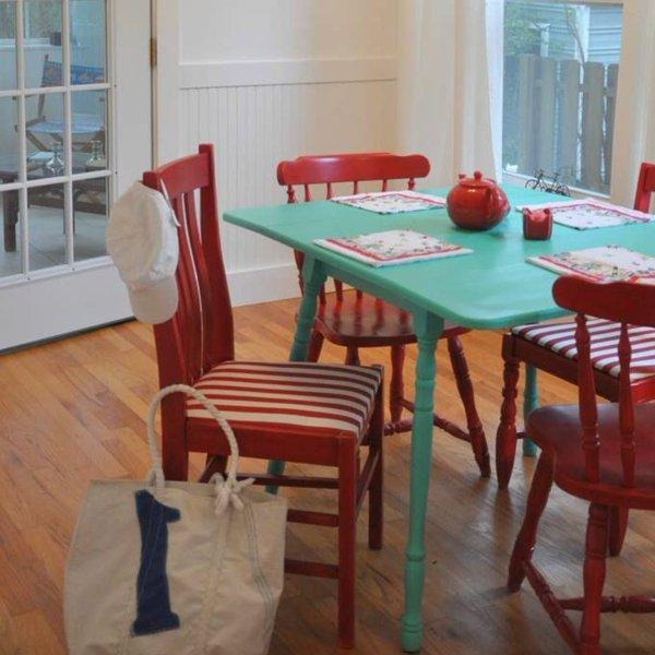 мягкие стулья обеденные для кухни фото красные полоска