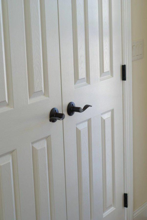 распашная межкомнатная дверь белая фото с черными ручками фурнитурой