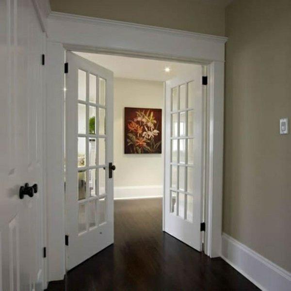 распашная межкомнатная дверь белая с черными ручками фото
